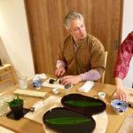 cutting roll sushi